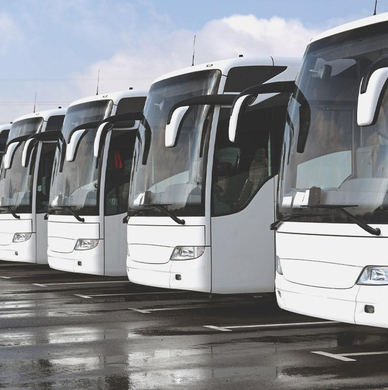 Autokary stojące w rzędzie
